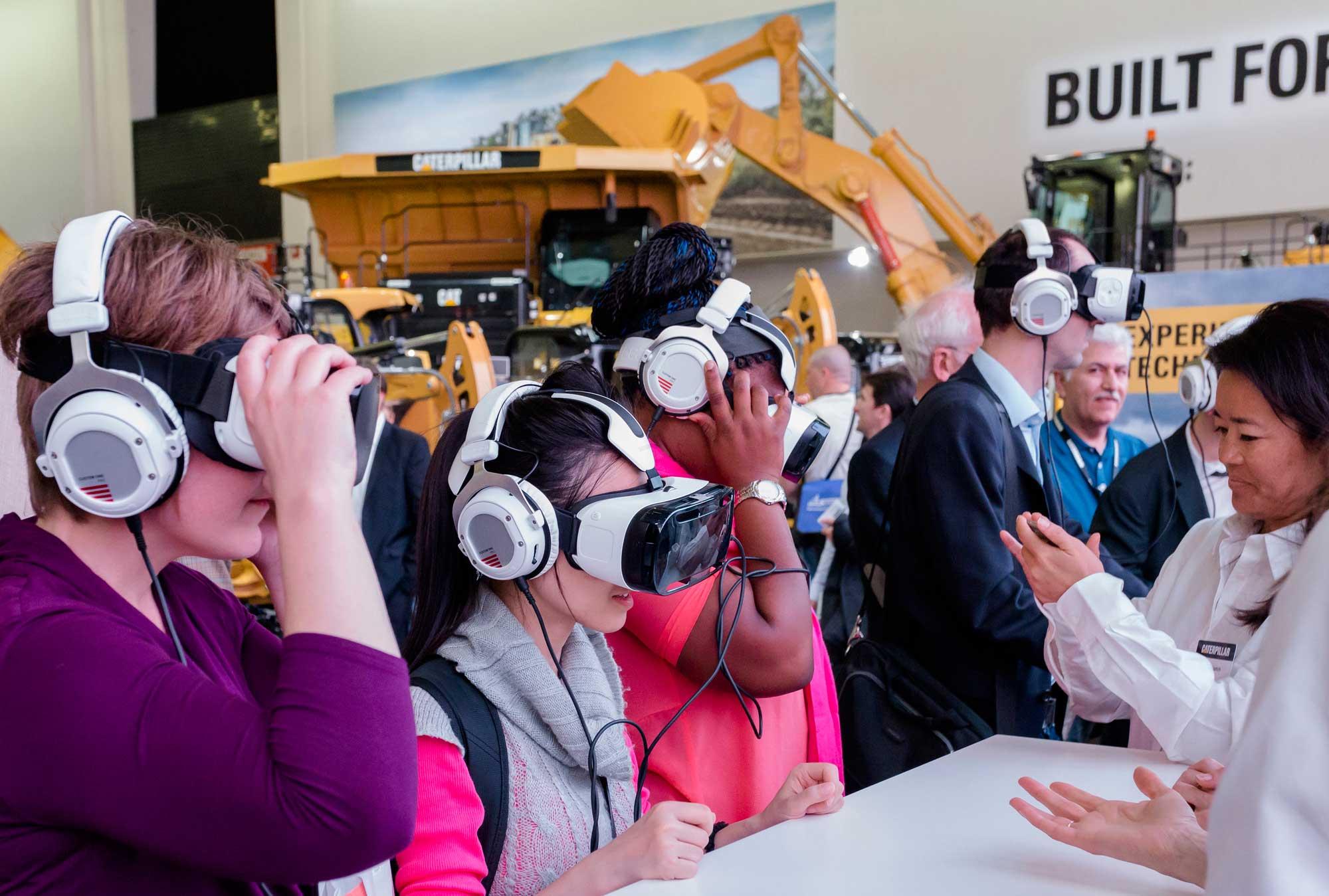 Ein Renner auf der bauma: Virtual-Reality-Brillen und 360-Grad-Videos, über die neueste Baumaschinentechnologie in Form von Assistenzsystemen bei Cat Kettendozern und Kettenbaggern mit großem Erfolg erlebbar gemacht wurde. Fotos: Zeppelin