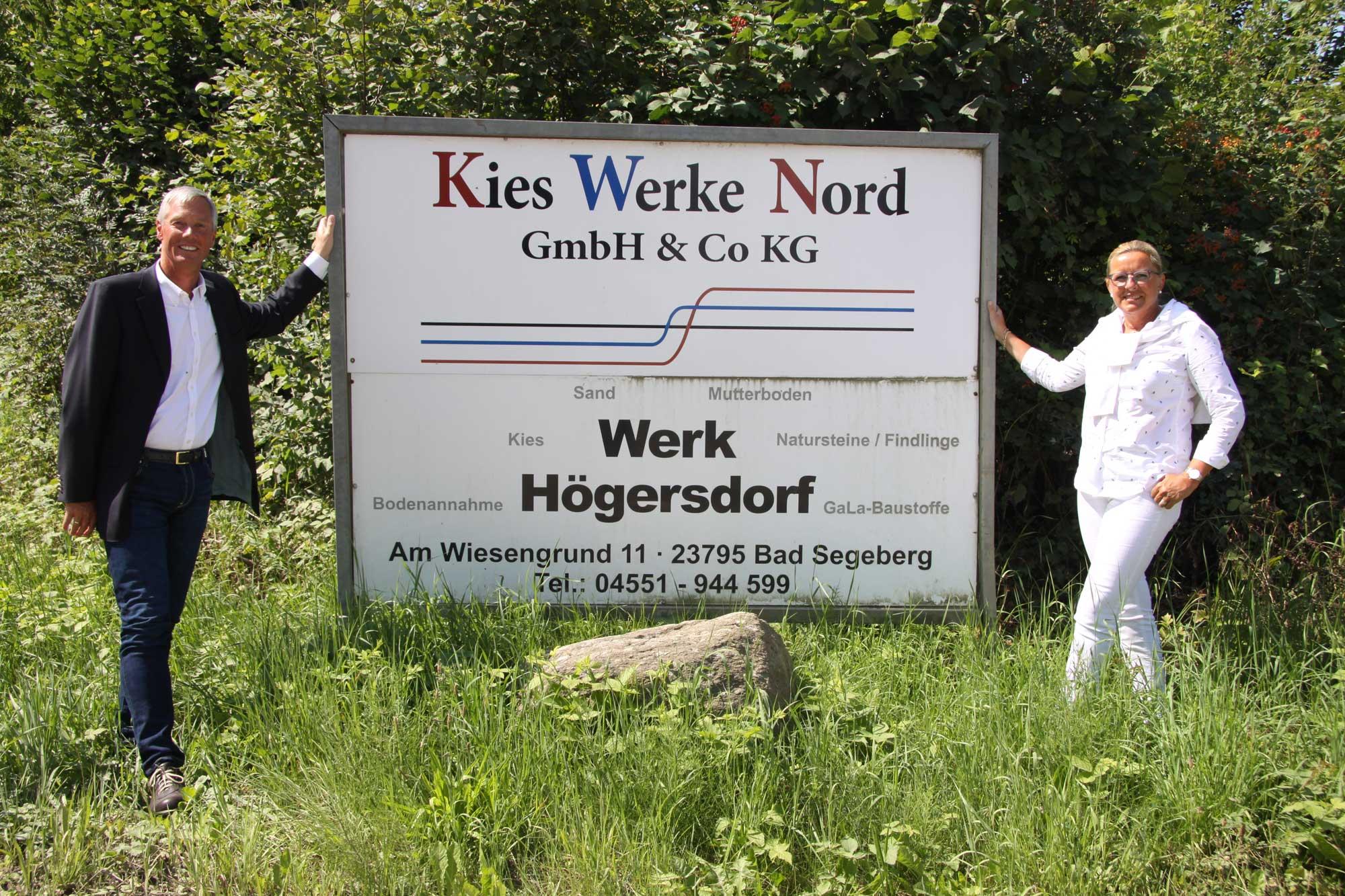 Firmeninhaber Torsten Ahlert und seine Frau Claudia stellten auf den Nassabbau um, damit sie die Lagerstätte auf sieben Hektar Fläche weiter erschließen können. Fotos: Zeppelin