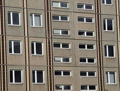 Serieller Wohnungsbau klingt nach Plattenbau und nicht nach einer individuellen Note. Foto: CFalk/www.pixelio.de