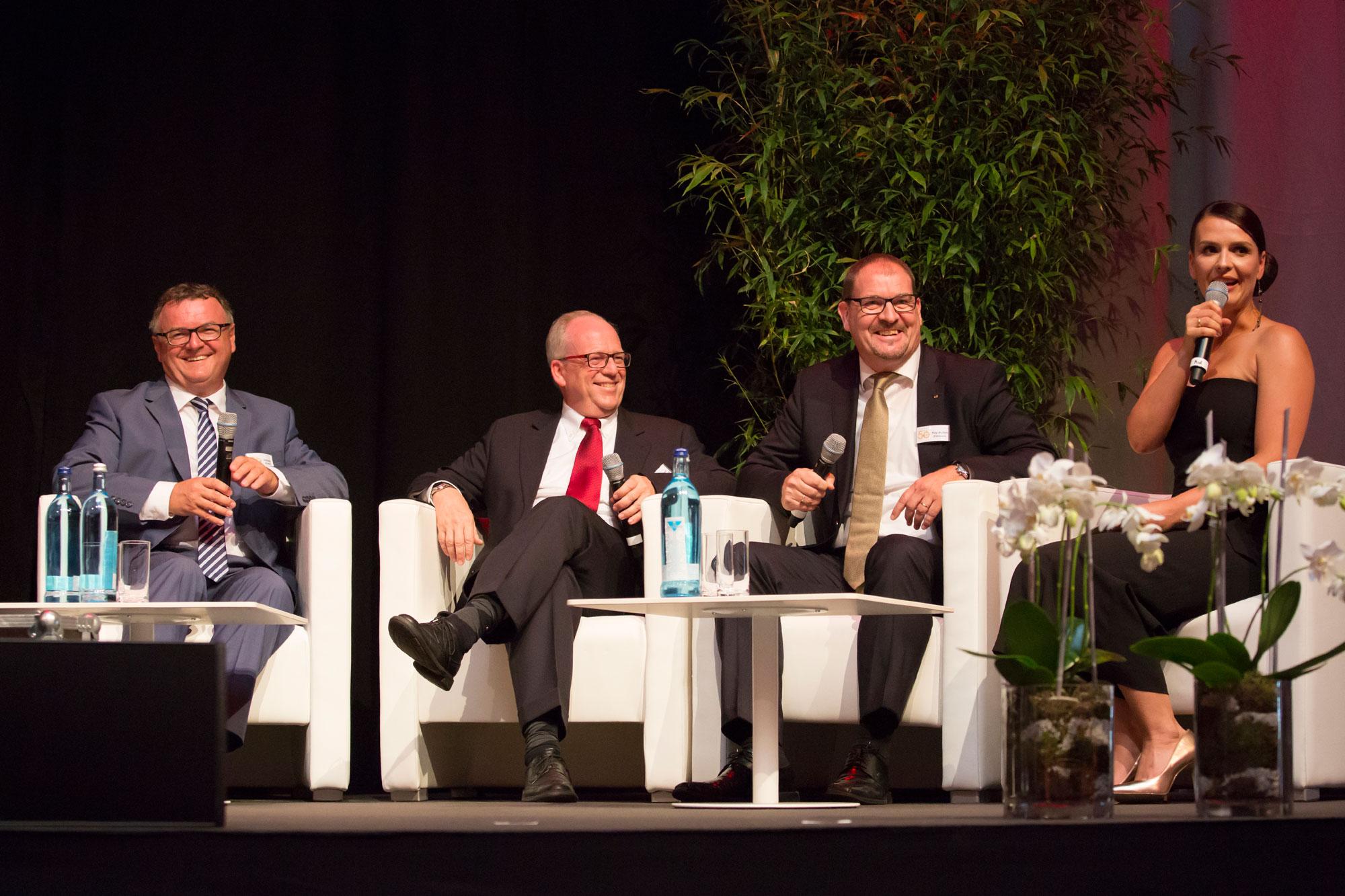 Andreas Brand, Oberbürgermeister von Friedrichshafen und als solcher Aufsichtsratsvorsitzender von Zeppelin, Robert Droogleever, Manager von Caterpillar Global Mining in Europa, Kay-Achim Ziemann, Zeppelin Vertriebsdirektor von NRW , und Julia Heiser, Moderatorin (von links).
