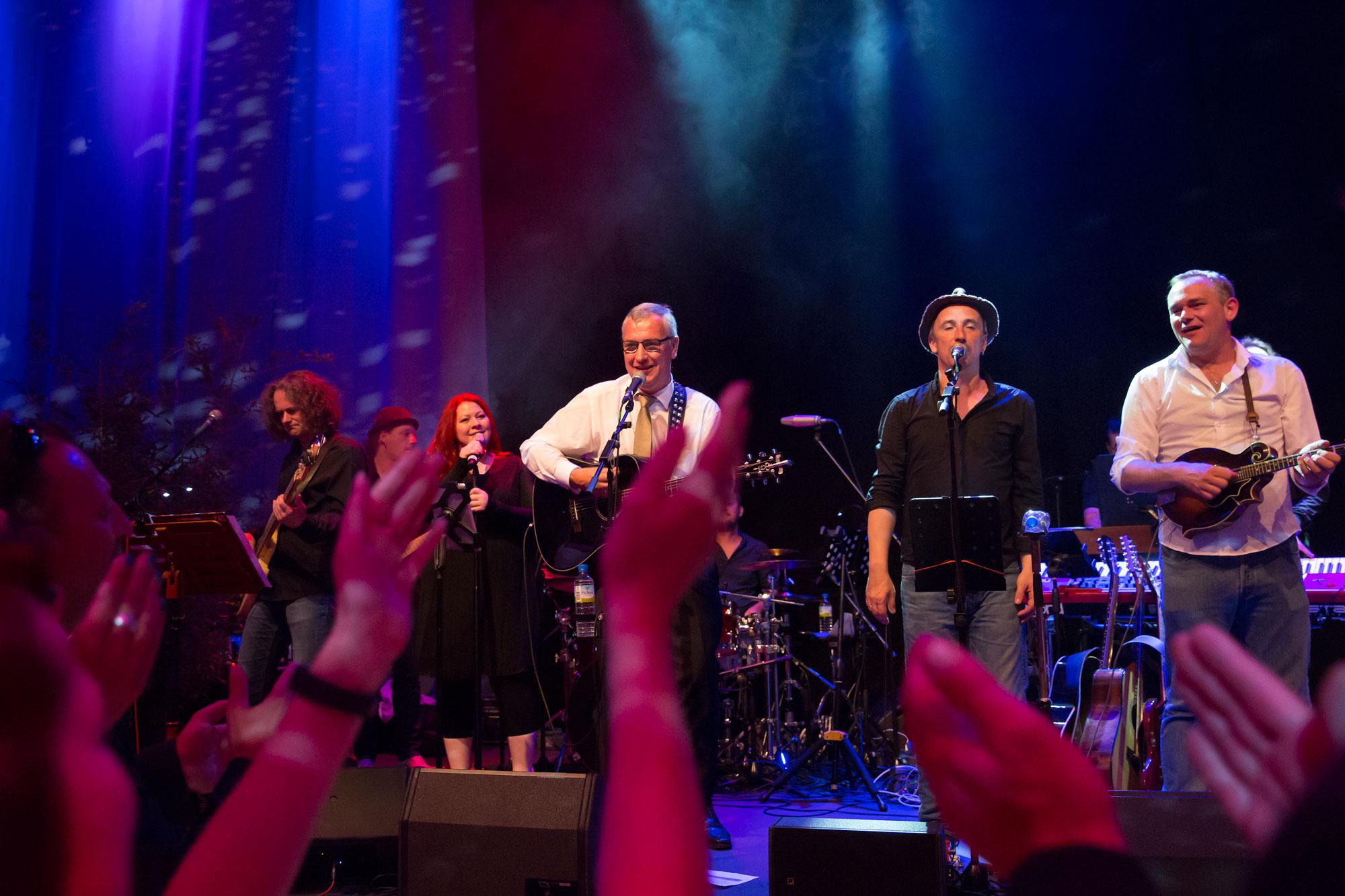 Zusammen mit Stefan Knittler von der Band Pop op Kölsc überbrachte Zeppelin Konzernchef Peter Gerstmann (Mitte) ein musikalisches Ständchen.