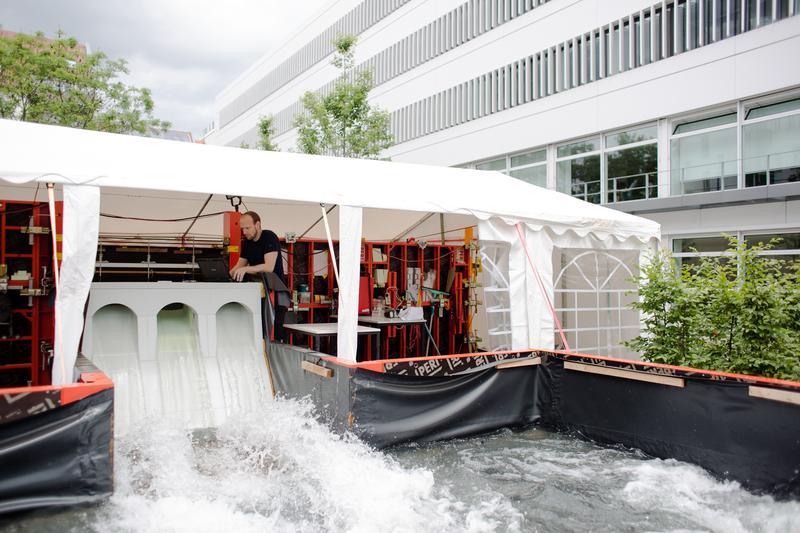 Foto: Im Wasserbaulabor der HTWK Leipzig wurde die Talsperre im Maßstab 1 : 8 nachgebildet. Foto: Robert Weinhold/HTWK Leipzig