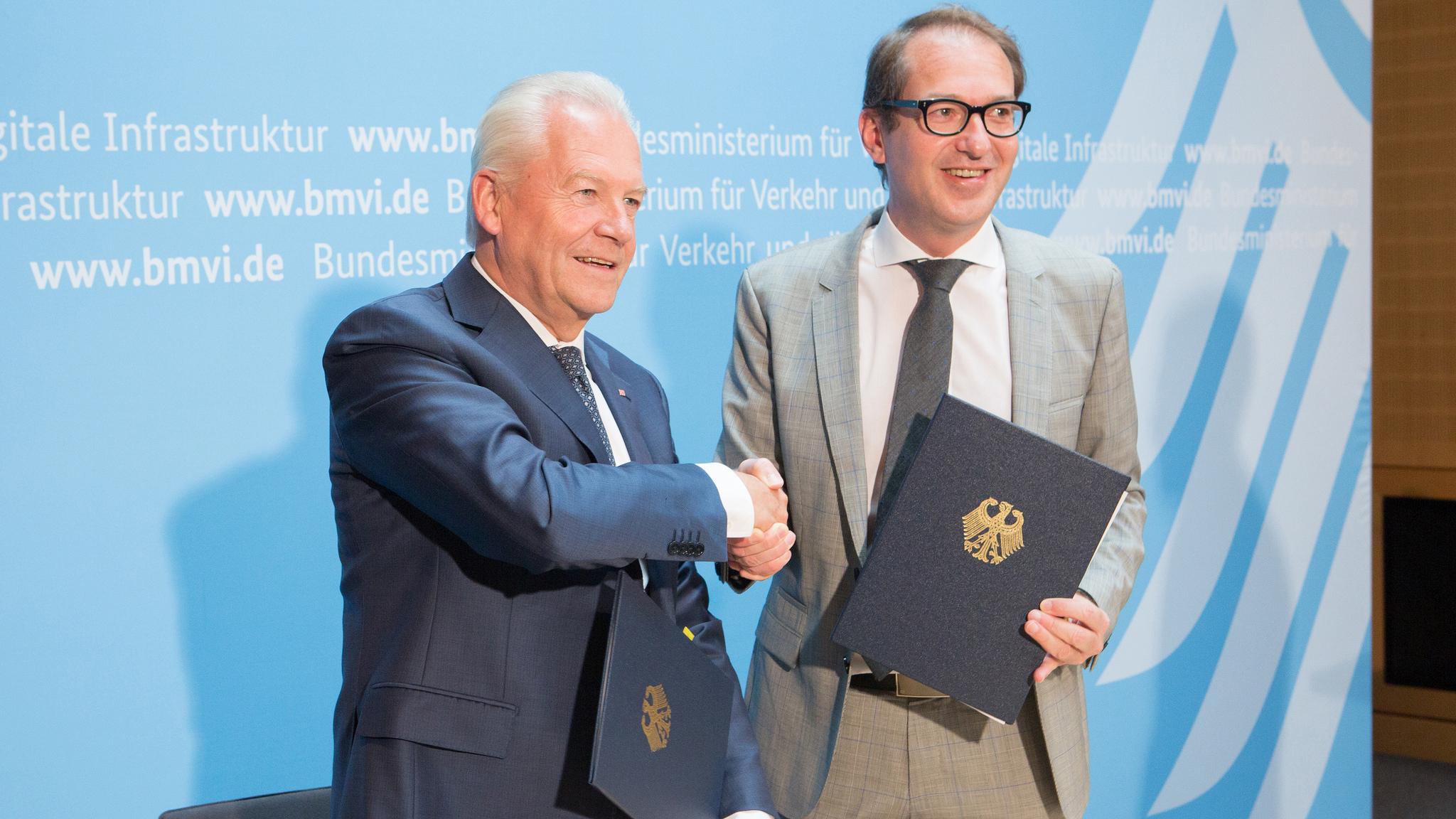 Bahnchef Rüdiger Grube (links) und Bundesverkehrsminister Alexander Dobrindt unterzeichneten eine Finanzierungsvereinbarung für 13 Pilotprojekte. Foto: BMVI