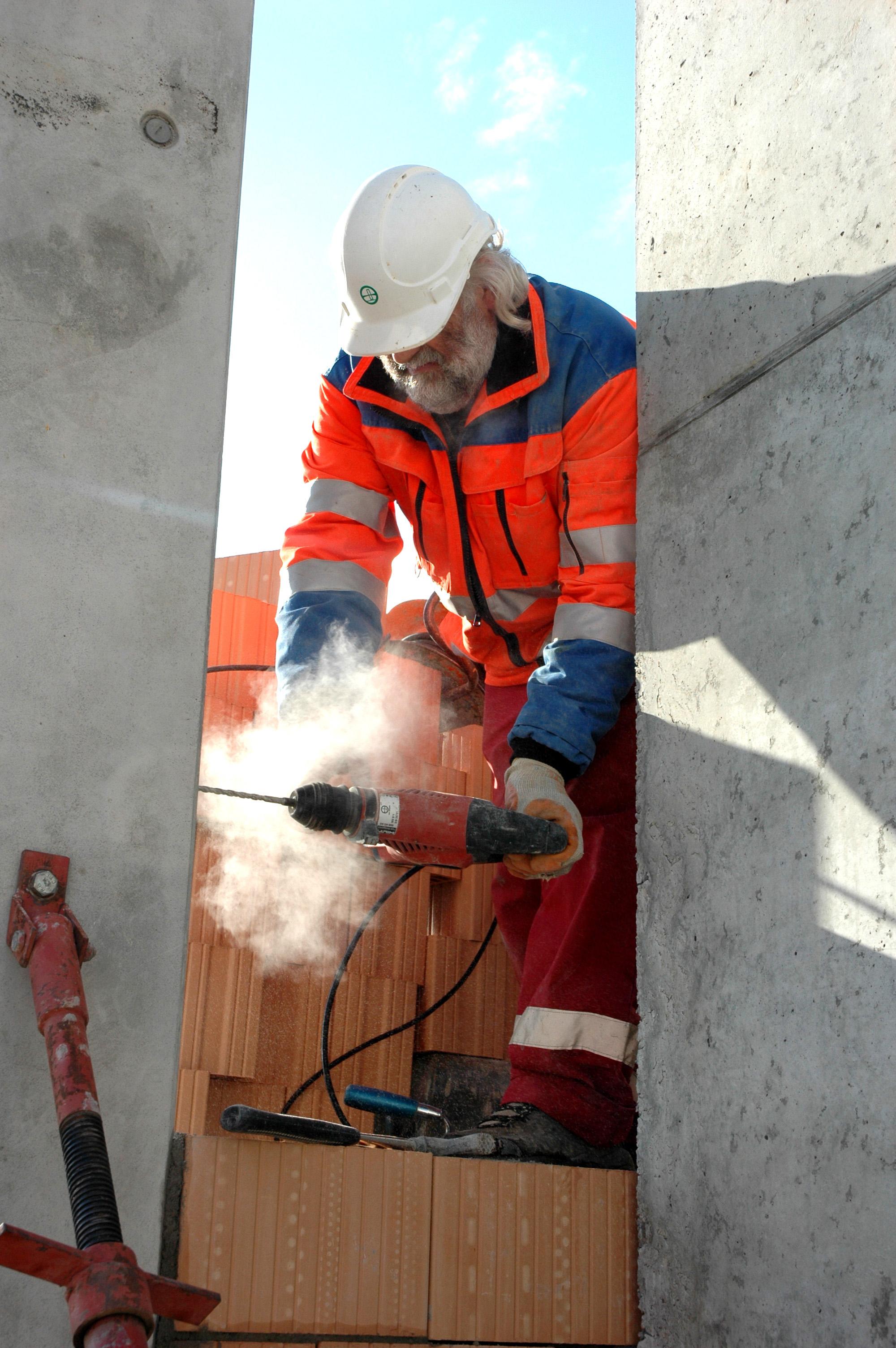 Ältere Arbeitskräfte sind auf dem Bau immer stärker gefragt. Foto: Paul-Georg Meister  / pixelio.de