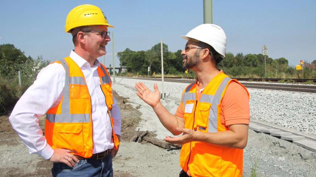 Payam Torabi (rechts), Wittfeld-Bauleiter, im Gespräch mit Ulrich Lissakowski (links)