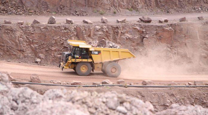 Cat Baumaschinen im Steinbruch. Cat Muldenkipper 775G